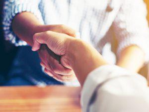 Bild persönlicher Kontakt mit Händeschütteln